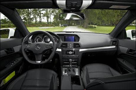 KLASSISK: Interiøret er, som vanlig hos Mercedes, forbilledlig oversiktlig og stilig. Foto: Espen Sjølingstad Hoen, VG