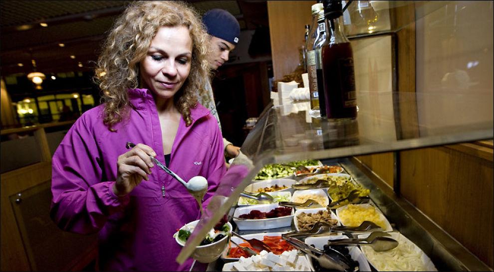 KLAR TALE: Kari Jaquesson mener man må slutte å se på fedme som en sykdom. Her er hun på restaurant med sønnen Osman i forbindelse med en tidligere VG-reportasje. Foto: Eivind Griffith Brænde, VG.