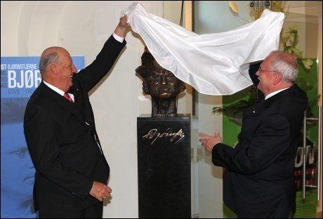NY STATUE: I forbindelse med åpningen av utstillingen ble en ny statue av Bjørnstjerne Bjørnson avduket av kong Harald og president Ivan Ga¿parovi¿. Foto: Nils Bjåland
