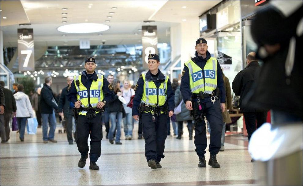 TERRORALARM: Politiet var svært synlig i og rundt Nordstan kjøpesenter i Gøteborg lørdag formiddag. Nå er terrortrusselen over, ifølge politiet. Foto: SCANPIX