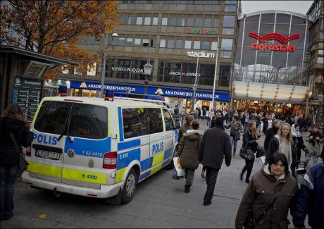 PASSET PÅ: Store politistyrker er satt inn for å vokte Göteborg. Politiet vil foreløpig ikke utelukke planer om flere terrorhandlinger. Foto: Espen Sjølingstad Hoen Foto: