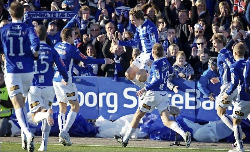ANNERLEDESSPILLEREN: Sarpsborg-helten Morten Giæver (hoppende) har tatt et par uvanlige valg til fotballspiller å være. Foto: Scanpix