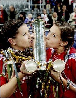 KAPTEIN OG BANENS BESTE: Siri Nordby og Guro Knutsen Mienna kunne fortjent kysse pokalen etter total overkjøring av Trondheims-Ørn. Foto: Scanpix
