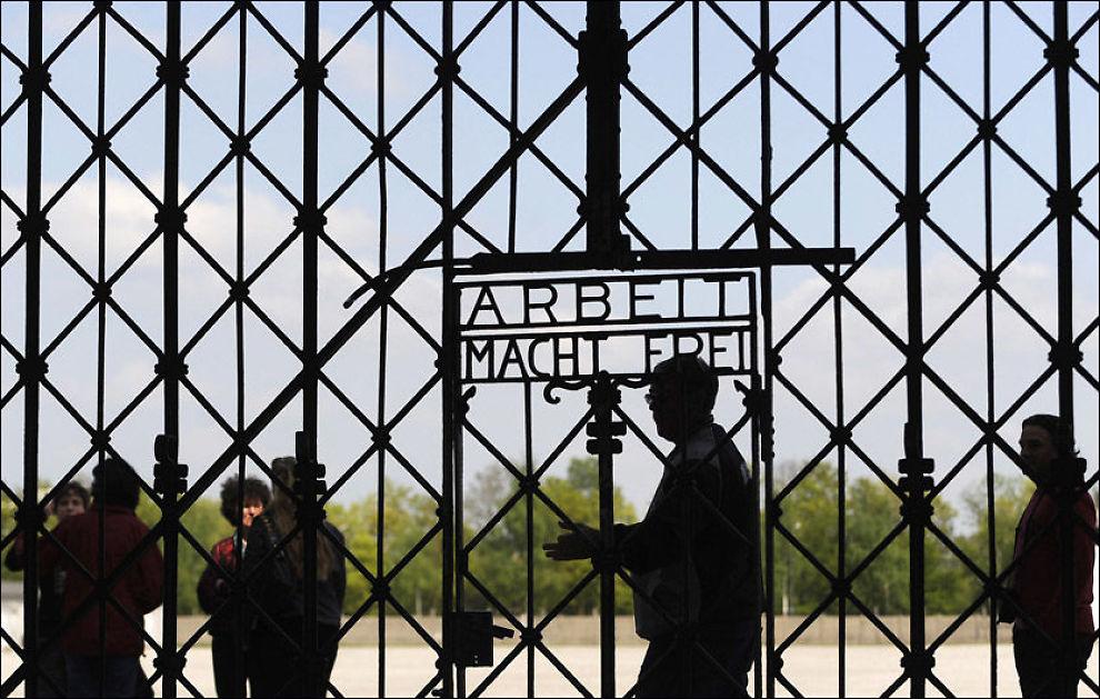 NORSKE VAKTER: Seniorforsker Terje Emberland ved Holocaustsenteret mener at han kan dokumentere at nordmenn skal ha jobbet i flere konsentrasjonsleirer under andre verdenskrig. Her fra Dachau sør i Tyskland. Foto: AFP