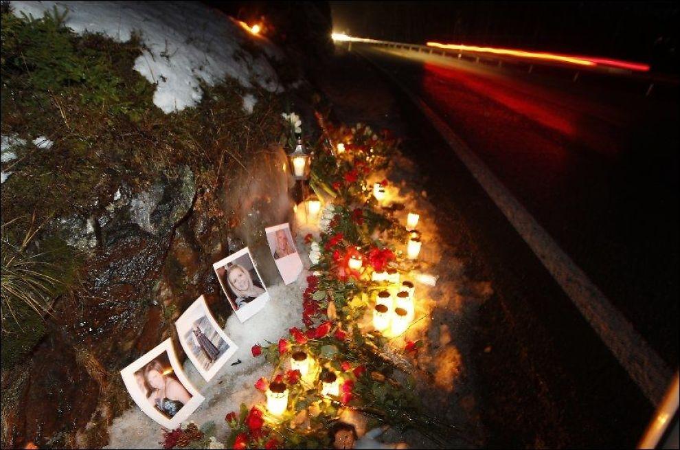 OMKOM: Familien og vennene til Renate og Kjersti Sleire Holmaas la lørdag ned blomster og tente lys til minne om de to jentene. Foto: Hallgeir Vågenes