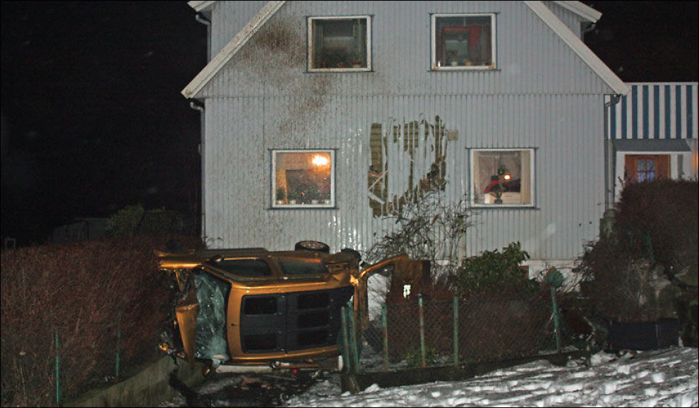 VOLDSOM KRASJ: Her ligger bilen på siden etter å ha krasjet i denne eneboligen på Ree i Rogaland. Foto: Mats Danielsen