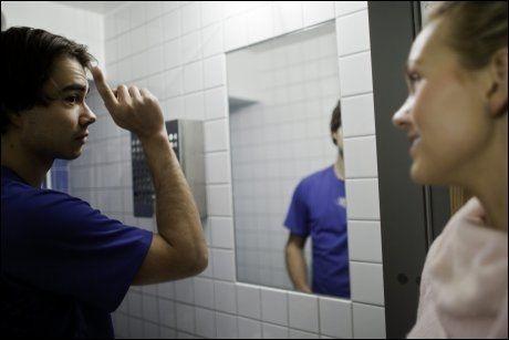 SVEISEFIN: Rybak får tips av dansepartner Malin Johansson for å perfeksjonere hårsveisen til premieren på «Let's dance» Foto: Jan Johannessen