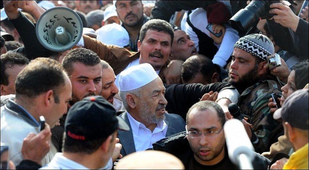 TILBAKE FRA EKSIL: Rached Ghannouchi (i midten), lederen av Tunisias islamistbevegelse Ennahdha, ankommer Tunis-Carthage-flyplassen i Tunis. Foto: AFP