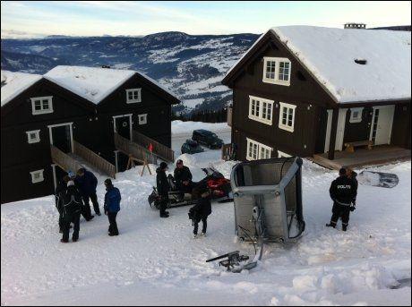 DRAMATISK: Mange gjester oppholdt seg i gondolvogner i Hafjell alpinanlegg, da denne gondolvogna falt ned med en ti år gammel dansk gutt inni. Foto: Geir Olsen/Scanpix