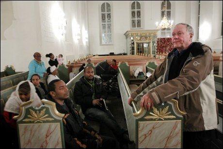 SETTER UT MAT: Domprost Olav Dag Hauge (t.h.) håper at etioperne i Oslo domkirke vil bli fristet til å spise i løpet av natten. Foto: Scanpix