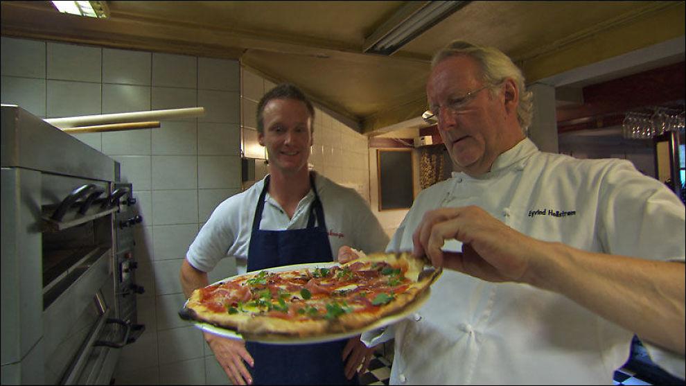 I FJOR: Espen Lapin Gundersen (22) og Eivind Hellstrøm (62) under opprydningen på Pizzakrogen i Grimstad i fjor. Foto: TV3