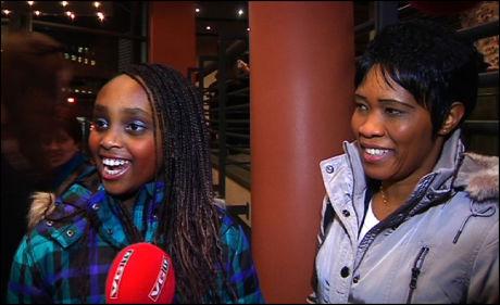 ALT PÅ STELLA: Lillesøster Cherie og Perpetua Mwangi heier som gale på Stella i kveld. Foto: Patrik Eian Fjeldstad.