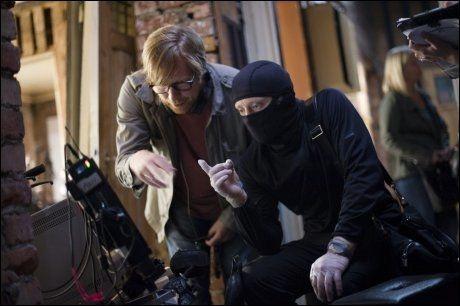 DISKUTERER I FORKLEDNING: Regissør Morten Tyldum (t.v) og hovedrolleinnehaver Aksel Hennie i forkledning. Bilde fra første innspillingsdag av «Hodejegerne» Foto: VG