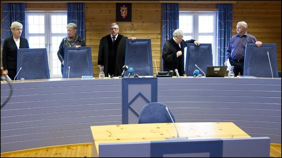 DOMSAVSIGELSE: De tre lekdommerne og de to hoveddommerne har dømt alle de fem tiltalte i overgrepssaken i Alvdal. Foto: Scanpix