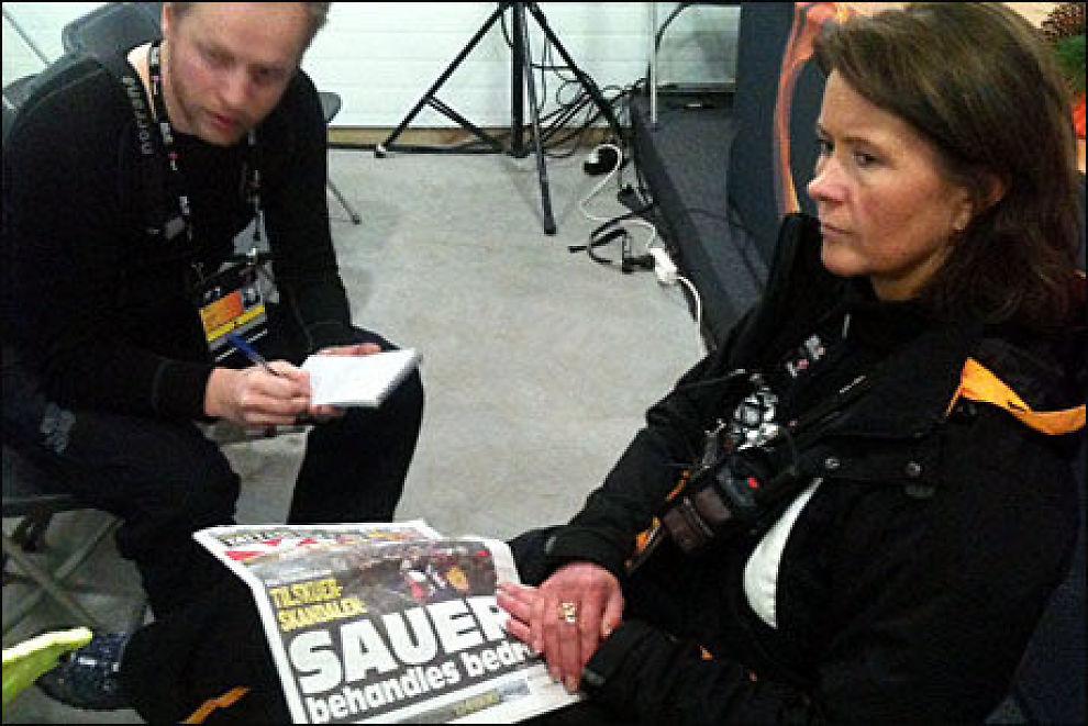BEKLAGER: Åsne Havnelid snakket med VG Netts journalist Jostein Matre i pressesenteret i Holmenkollen søndag ettermiddag mens hun kikker på VGs oppslag. Foto: Øyvind Brenne