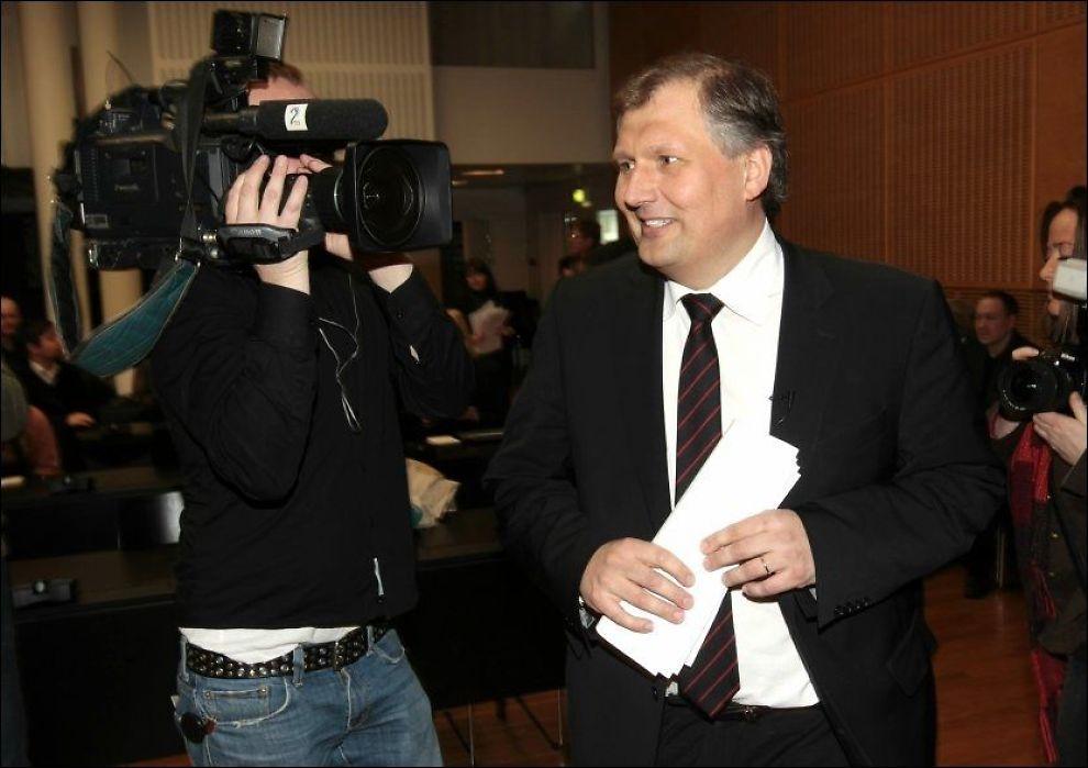 Olje- og energiminister Terje Riis-Johansen offentliggjorde i dag at regjeringen står fast på at det skal bygges såkalte monstermaster i Hardanger. Foto: Scanpix