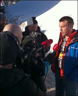 SAGT MED GLIMT I ØYET: SVT-ekspert Jonas Karlsson ble omringet av norske journalister i Holmenkollen etter griseuttalelsene på svenske TV. Foto: Jamel Rake