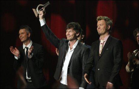 HEDRET: Morten Harket og Magne Furuholmen kunne stolt ta imot prisen i Oslo Spektrum lørdag kveld. Foto: Scanpix