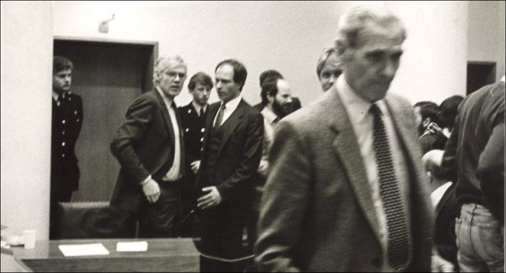 ISFRONT: Arne Treholt kaster et langt blikk etter politiinspektør Ørnulf Tofte (t.h.), mannen som var med på å sørge for å få ham dømt for spionasje, under rettssaken i 1986. Foto: Arne Iversen/ VG