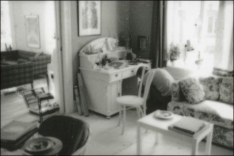 BEVISJAKT: Dette bildet er blant materialet som PST har holdt hemmelig i over 25 år. Bildet skal angivelig vise to tidligere POT-etterforskere ransake arbeidsrommet til Treholt i Oscarsgate i august 1983. Foto: PST