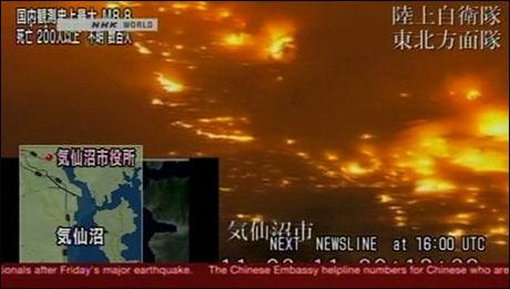 FLAMMEHAV: Byen Kesennuma blir slukt av flammene etter tsunamien. Foto: Grab fra NHK World