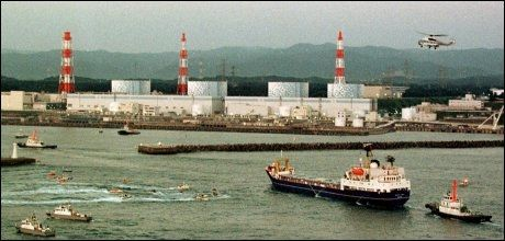 PROBLEMER: Ved dette atomkraftverket i Fukushima i Japan er det store problemer med nedkjølingsprosessene, som ikke fungerer. Myndighetene har derfor erklært nasjonal krisesituasjon. Bildet er tatt i 1999. Foto: AP