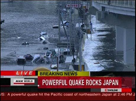 ØDELEGGELSER: En tsunami har feid med seg mange biler på østkysten av Japan. Foto: NHK World/Grab