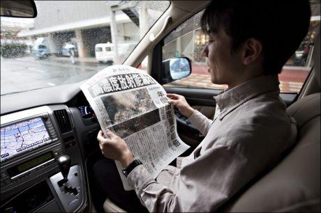 ATOM-INFO: Innbyggere i Niigata får utdelt flygeblader som forteller om reaktor-nedsmeltingen i Fukushima. Foto: Gisle Oddstad, VG