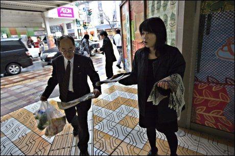 DELER UT: Informasjon om atom-situasjonen distribueres til japanerne via flygeblader. Foto: Gisle Oddstad, VG
