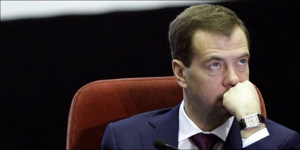 MORGENTRØTT: Russlands president Dmitrij Medvedev er lei av morgengretne russere, som glemmer å stille nå klokka. Nå gjeninnfører han én tid for Russland året rundt, uavhengig av årstid. Fortsatt skal Russland ha ulike tidssoner geografisk. Foto: AFP