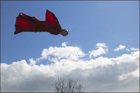 FRI SOM FUGLEN: Jokke Sommer (24) flyvende over Sognefjorden i en wingsuit Foto: Sindre Kinnerød/Flash Studio