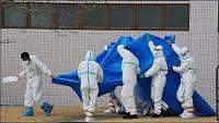 Fukushima-arbeidere beskytter seg med plastposer og teip