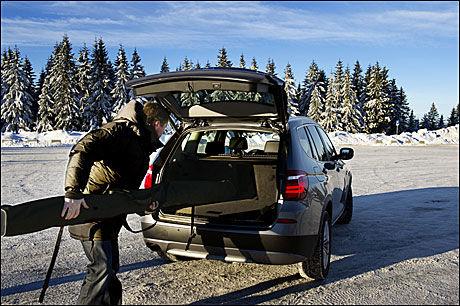 BRA BAGASJEPLASS: BMW X3 er omtrent like stor bak som BMW 520 stasjonsvogn. Foto: Line Møller
