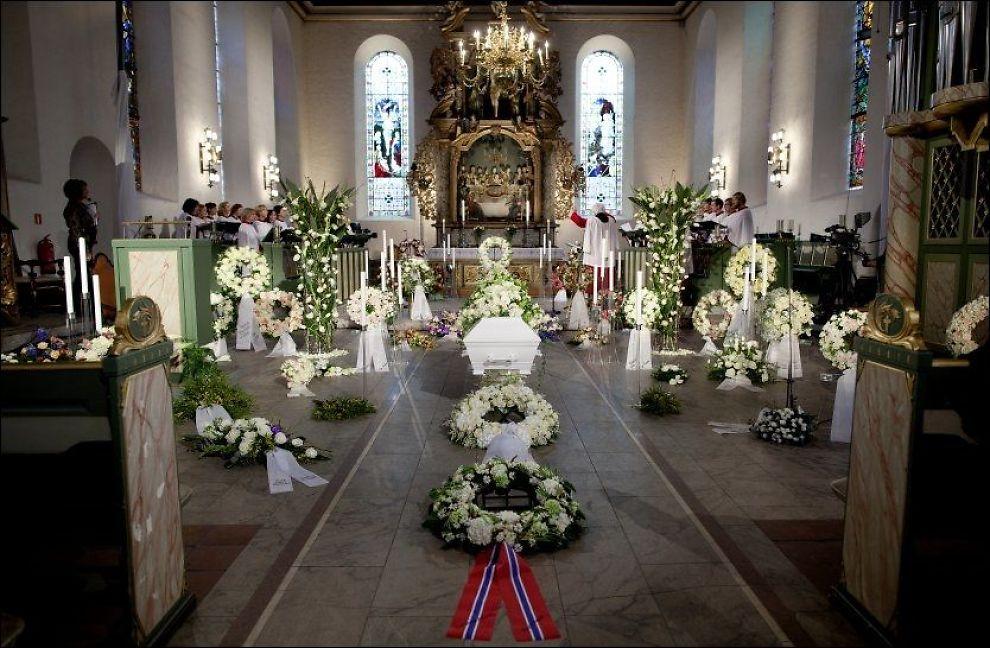 I KIRKEN: Wenche Foss' kiste står nå foran alteret i Oslo Domkirke. Foto: Scanpix