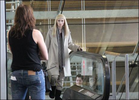 HOLLYWOOD-STJERNE: Rooney Mara som Lisbeth Salander med blond parykk, på vei opp rulletrappen på Gardermoen. Foto: Atle Jørstad, VG Nett.