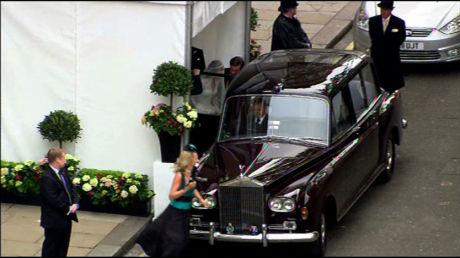 DET ALLER FØRSTE BILDET: Kate Middleton på vei inn i bilen som skal frakte henne til kirken. Foto: Grab fra Sky