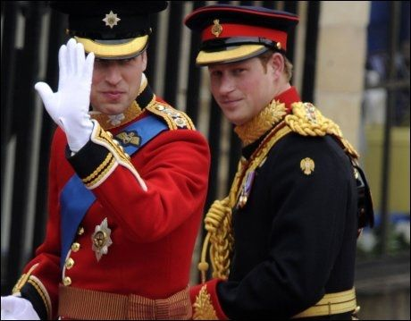 GIFTEKLAR: Prins William og broren Harry, som er forlover, på vei inn til Westminster Abbey. Foto: AFP