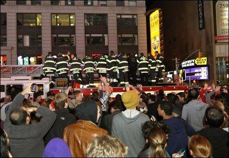 JUBLET: Store horder brannmenn deltar i feiringen på Times Square i natt lokal tid. Flere av kollegaene deres mistet livet etter terrorangrepet i New York 11. september 2001. Foto: AFP