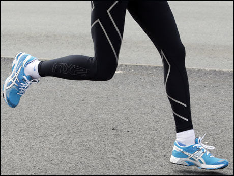 TYNGDE FORAN: Når den treffer bakken skal tyngden ligge på den fremre foten. Ligger tyngden på bakfoten, får du stem og bremseeffekt, unødvendig energibruk og økt skaderisiko. At hodet beveger seg fremover og ikke oppover er et godt tegn på riktig fotisett. Foto: Hallgeir Vågenes