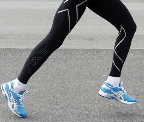 PENDEL: Etter fraskyvet skal foten pendle avspent og naturlig inn under baken, slik at foten lett kan føres tilbake og inn mot tyngdelinjen ved neste fotisett. Armene skal pendle avspent fra skulderleddet, lett innover mot midtlinjen av kroppen. Foto: Hallgeir Vågenes