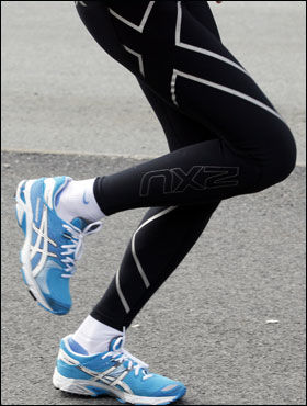 NATURLIG RETT: I kne-, ankel og hofteledd bør det være minimale vinkelforandringer fra du setter foten i bakken til fraskyvet. Overkroppen bør holdes naturlig rett og lett foroverlent, for å motvirke rotasjon som skapes i løpssteget. Denne posisjonen kommer naturlig når løpsstegets fotisett (nedslag) og fraskyv (avslutningen) er på den fremre foten. Foto: Hallgeir Vågenes