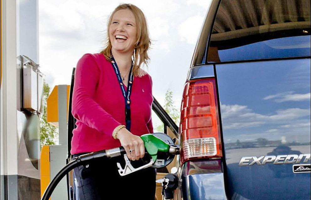 FULL TANK: Frp-politiker Sylvi Listhaug fylte bensin på sin Ford Expedition 2003-modell under partiets landsmøte på Gardemoen i helgen. Foto: Krister Sørbø