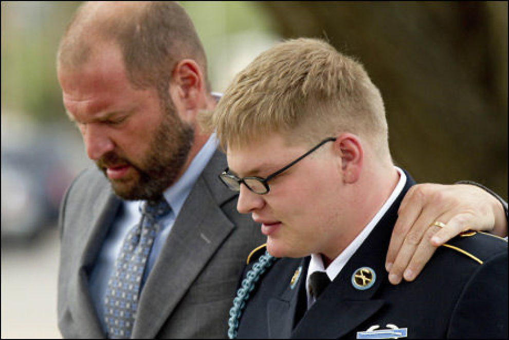 DØMT: David Lawrence, her sammen med sin advokat, må sone for et fangedrap begått i Afghanistan i fjor. Foto: AP