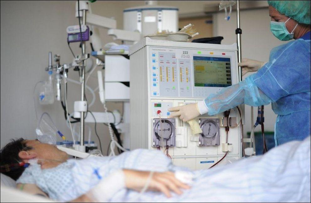 En pasient som er smittet av e.coli-bakterien får behandling på Marienkrankenhaus sykehus i Hamburg. Det er meldt om 1.350 er smittet av dødsbakterien i Tyskland. Foto: AFP
