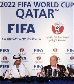 SMILENE SOM KAN STIVNE: Sepp Blatter (til h.) og Qatars fotballpresident Sheikh Hamad bin Khalifa bin Ahmed al-Thani (til v.), promoterte VM 2022 i Doha 16. desember. Foto: Afp