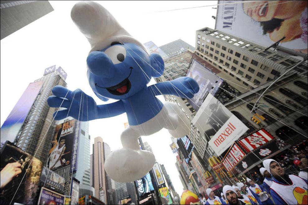 NAZI-SMURF?: En oppblåsbar gigantsmurf flyter gjennom gatene på Times Square i forbindelse med en Thanksgiving-parade i New York i fjor vinter. Foto: AFP PHOTO