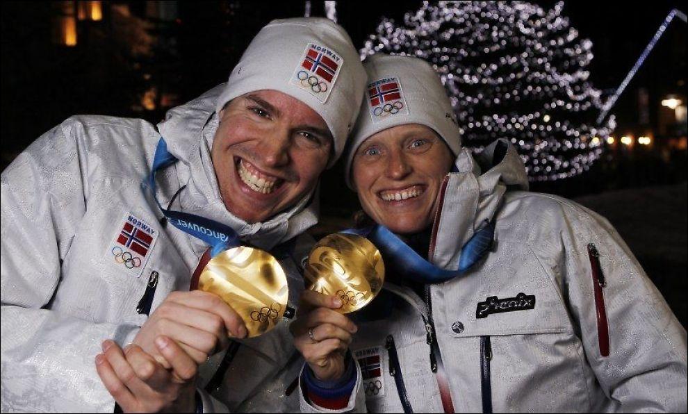 SENDES PÅ TV - MED NRK-PRODUKSJON? NRK håper å sikre seg rettighetene til å sende blant annet skiskyting i OL i 2014. Her jubler Emil Hegle Svendsen og Tora Berger for hvert sitt gull under OL i Vancouver. Foto: Scanpix
