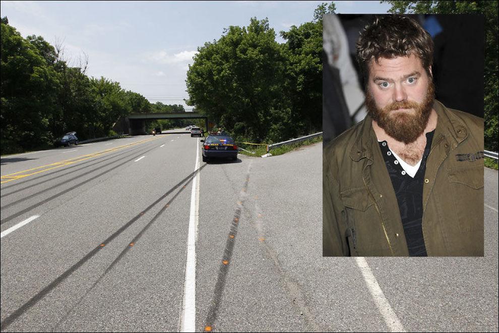ULYKKESSTEDET: Her havnet Ryan Dunns (innfelt) bil av motorveien i Pennsylvania. TV-stjernen døde i bilulykken. Foto: AP