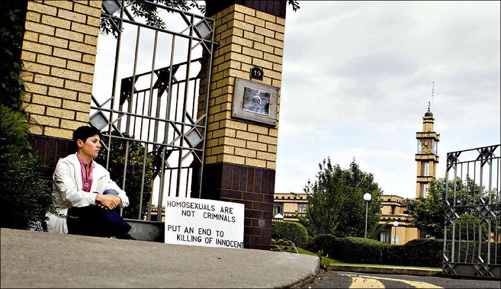 PROTESTERTE: Slik satt Sara Mats Azmeh Rasmussen og demonstrerte, da foreldrene grep inn fredag. Teksten på plakaten hadde hun forandret til: «Homosexuals are not criminals - Open the door to us». Foto: Fredrik Solstad Foto: Fredrik Solstad