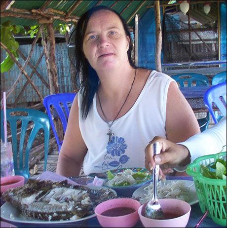 BOR I THAILAND: Beate Christin Røhmen har de siste elleve årene bodd ved norskeide Baan Sabaijais helsesenter for funksjonshemmede i Thailand. Der føler hun at det er enklere å leve sunt og aktivt, ifølge familien. Foto: Privat